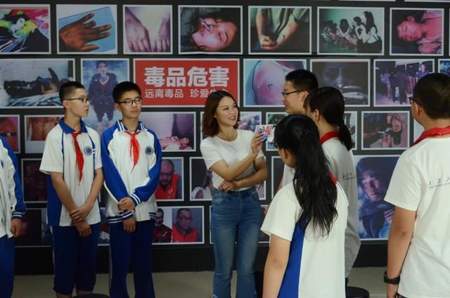 学生在接受记者采访.jpg