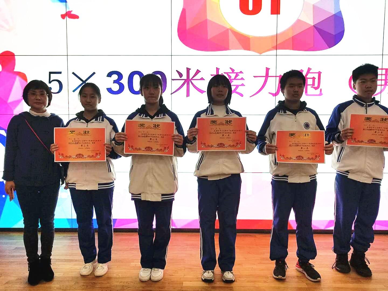 年级组长为获奖班级颁奖.jpg