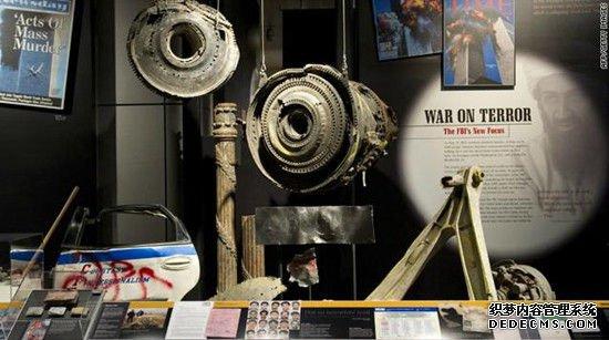 在9/11中遇难的美联航175客机的引擎和起落架碎片被展出。