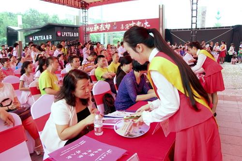 图9为我校礼仪队员在当天的广州市职业教育活动周启动仪式现场负责礼仪工作_调整大小.jpg