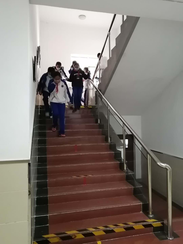 学生有序下楼梯.jpg